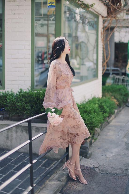 So với việc mix áo sơ mi, áo blouse cùng chân váy thì cách diện đầm liền thân trông nữ tính và hiền dịu hơn.