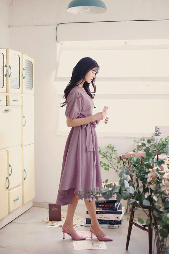 Mốt váy thịnh hành thường được các fashionista châu Á kết hợp cùng các kiểu giày đế thấp, sandal quai mảnh và túi xách tay cỡ trung.