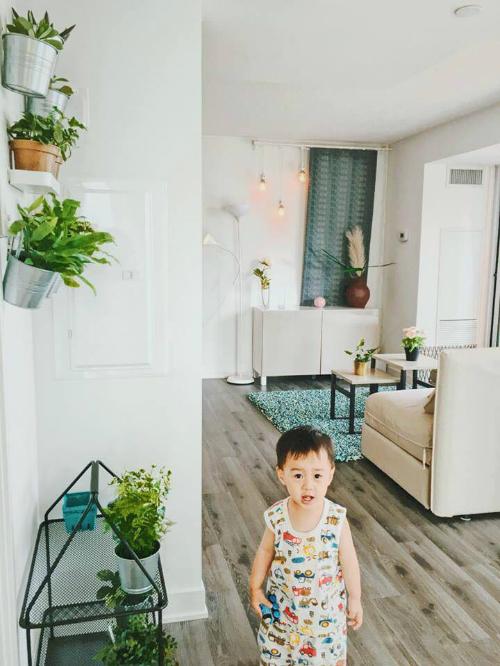 Giá, kệ được Thu Trang sử dụng nhiều trong nhà để giữ không gian gọn gàng, ngăn nắp.