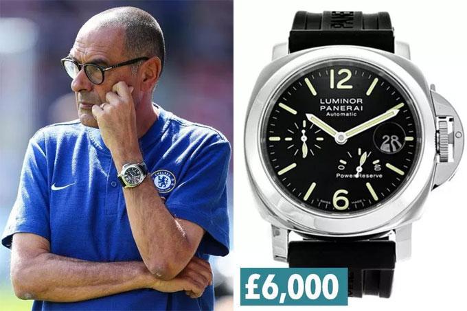 4. Sarri đến Chelsea với đồng hồ Panerai Luminor Power Reserve thường xuyên đeo trên tay.
