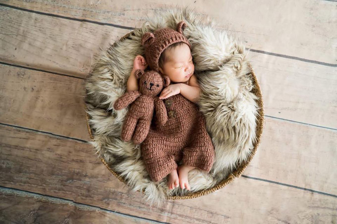 Trên trang cá nhân Hải Băng chia sẻ một vài khoảnh khắc đáng yêu của con trai nhỏtròn một tháng tuổi. Cậu bé có tên thật Minh Phúc, tên thân mật là Koi.