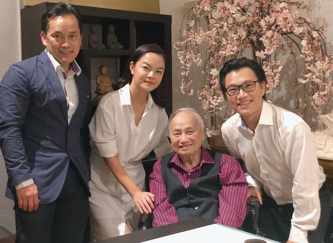 Ca sĩ Hoàng Hiệp (đeo kính) và nhà tài trợ dự án Khiêm Nguyễn (mặc vest) cũng có mặt trong buổi gặp gỡ nhạc sĩ Lam Phương ở Mỹ.