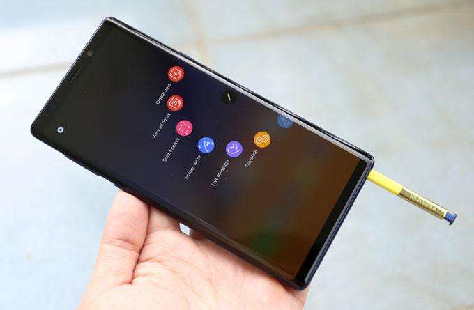 Bút S Pen cải tiến của Note 9, có kết nối Bluetooth để điều khiển chụp ảnh, điều khiển nhạc,...