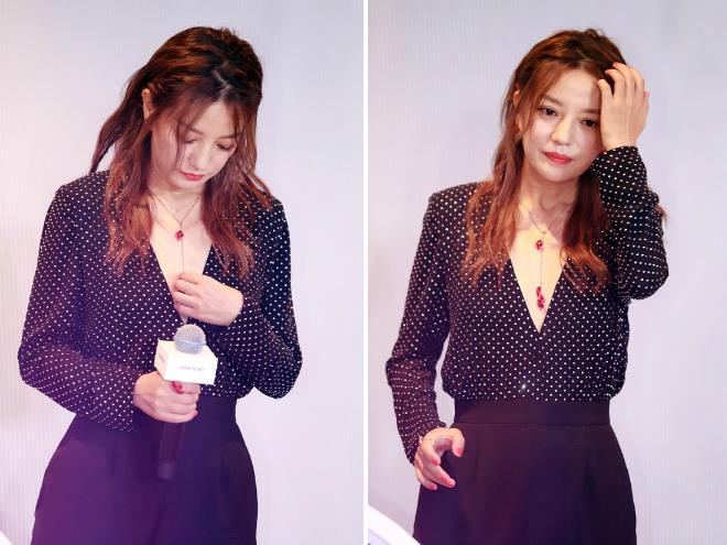 Triệu Vy đeo vòng cổ gắn đá quý của thương hiệu.