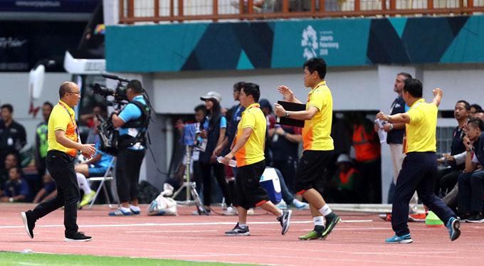 HLV Park Hang-seo và ban huấn luyện chia vui sau tiếng còi kết thúc trận đấu của trọng tài.