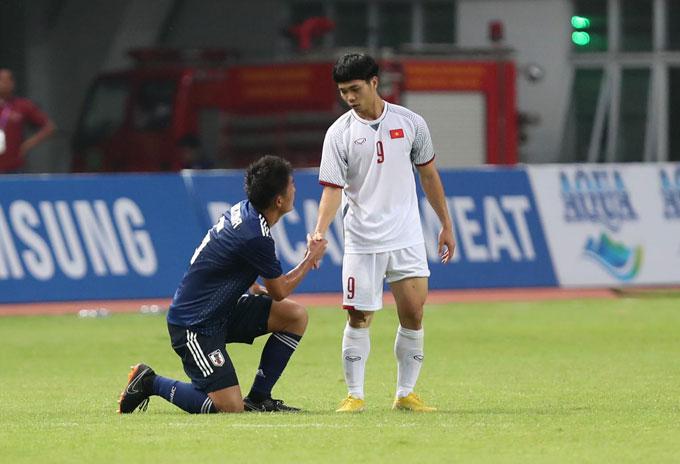 Công Phượng vào sân thay người trong hiệp hai. Anh động viên một cầu thủ Nhật Bản sau trận đấu.