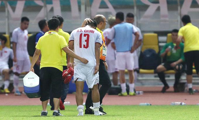... và được HLV Park Hang-seo động viên. Anh lần đầu được đá chính và chơi tốt.