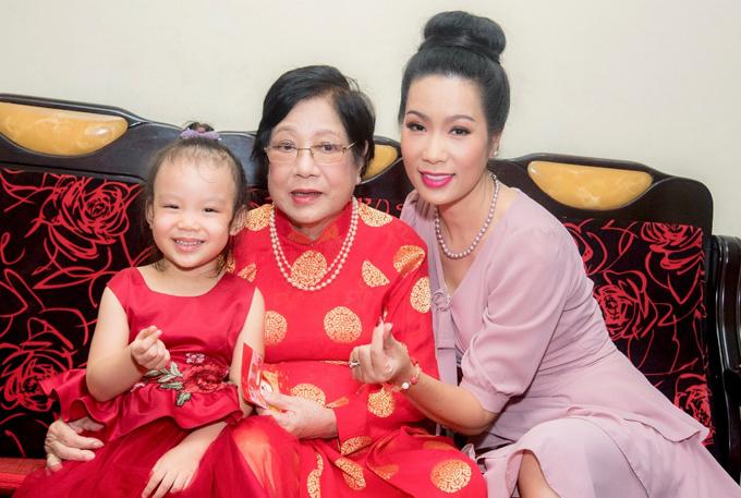 Công chúa út là cục cưng của bà ngoại và cả nhà. Trịnh Kim Chi chia sẻ, dù bận bịu với việc diễn xuất và điều hành sân khấu kịch nhưng chị luôn ưu tiên dành thời gian chăm chút cho tổ ấm và sum họp bên gia đình trong những ngày đặc biệt.