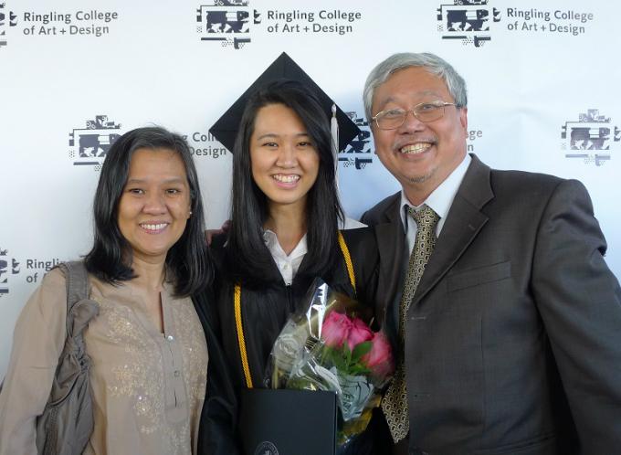 Ziyue chụp ảnh cùng người thân trong lễ tốt nghiệp tại Mỹ.