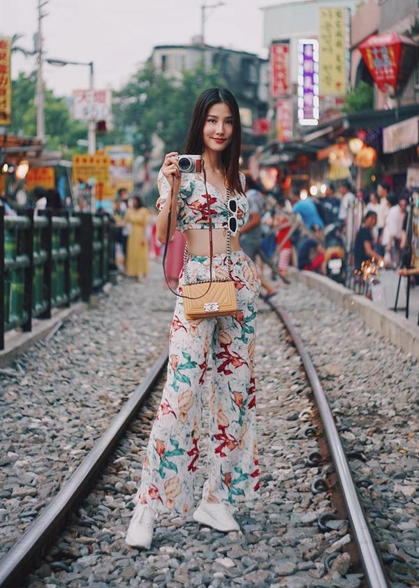 Trong không khí chuyển mùa, sao Việt vẫn ưa chuộng các mẫu áo hở eo. Họ chọn chúng để mix đồ khi đi dạo phố, du lịch.