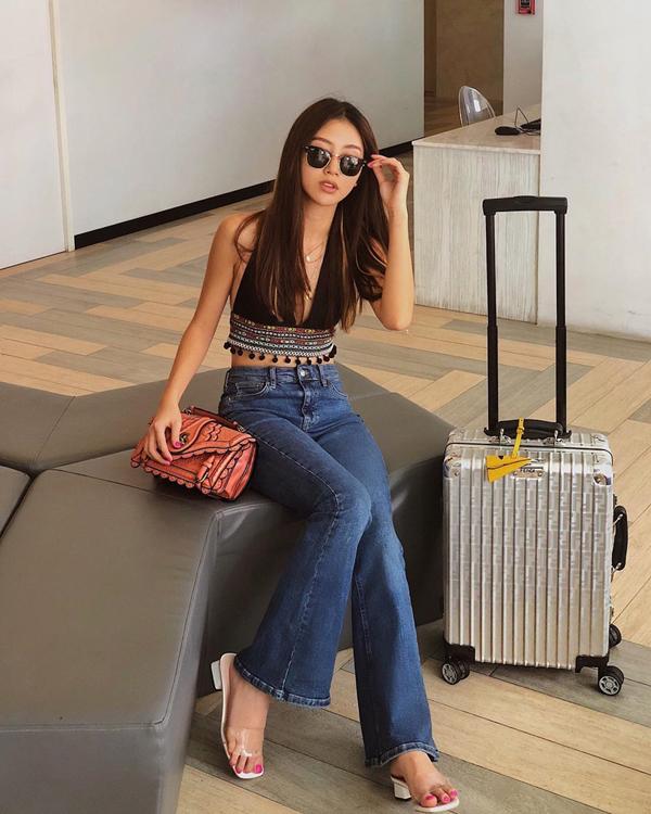 Áo khoe eo thon mix cùng quần jeans cổ điển được nhiều người đẹp Việt ưa chuộng. Đây cũng là lối phối đồ đơn giản nhưng luôn mang lại hiệu quả cao.