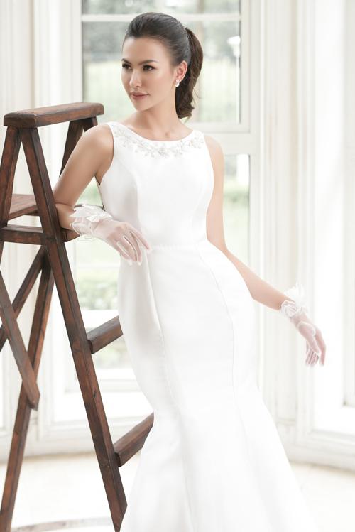 Mẫu váy trắng tinh khôi tưởng chừng đơn giản nhưng chính nhờ những đường cắt may tinh tế, khéo léo của thợ lành nghề và chất liệu vải đứng dáng làm điểm nhấn giúp tôn lên vóc dáng hoàn mỹ của cô dâu. Nhà thiết kế còn thêu họa tiết thủ công ở viền cổ áo để tạo điểm nhìn thu húttrên trang phục.