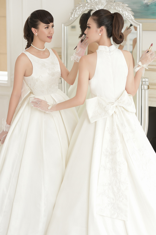 Nhà thiết kế tạo nên mẫu váy với dải hoa văn mềm mại chạy dọc nơ giúp cô dâu thêm tươi trẻ, tạo nên sự bất ngờ thú vị mà không kém phần lãng mạn.