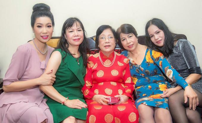 Ba chị gái của Trịnh Kim Chi đến chung vui với Á hậu. Nữ diễn viên hay đùa rằng nhà cô có 5 nàng tiên.