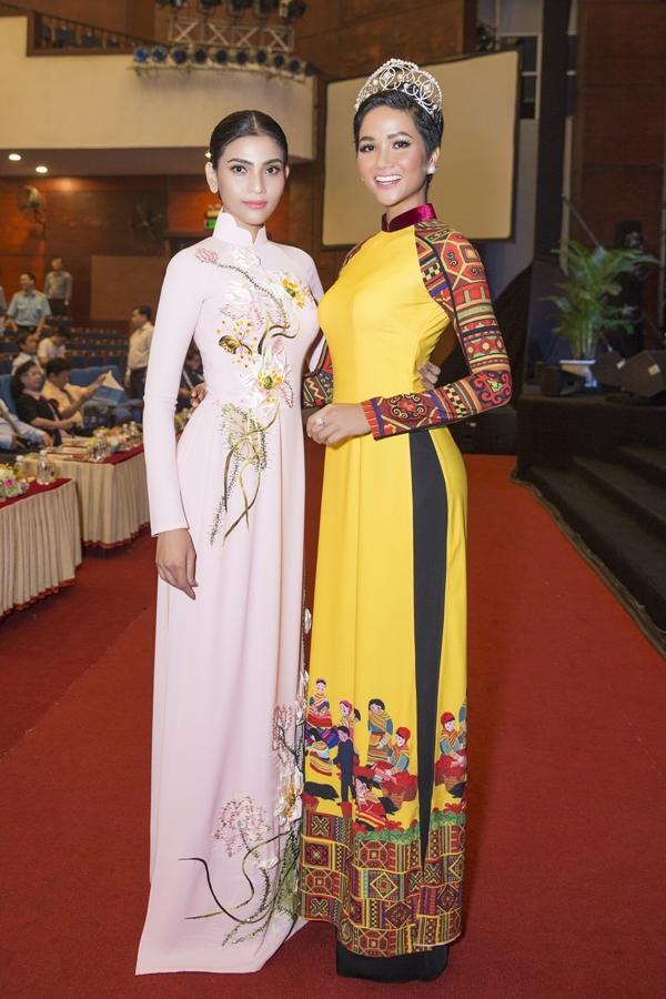 Á hậu Trương Thị May (trái) và Hoa hậu HHen Niê diện áo dài hội ngộ tạisự kiện khai mạc Liên hoan ca múa nhạc toàn quốc 2018