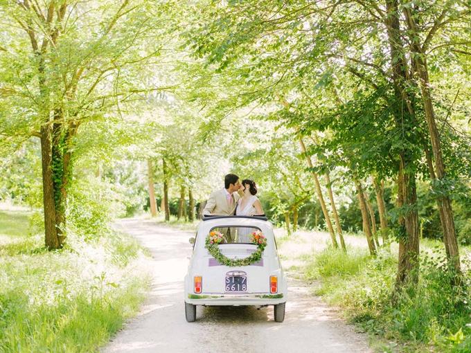 1. Vòng hoa trang trí được treo đằng sau xe và mỗi đầu được gắn thêm một bó hoa sặc sỡ,mang vẻ cổ điển, lãng mạn.