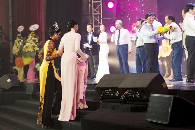 Trong một khoảnh khắc lên sân khấu, HHen Niê tận tình dìu Trương Thị May sải bước trên các bậc cầu thang. Vốn nổi tiếng là một người đẹp thân thiện, HHen thường được khen ngợi khi có hành động giúp đỡ Mâu Thủy hay cổ vũ Hoàng Thùy trình diễn trước đó.