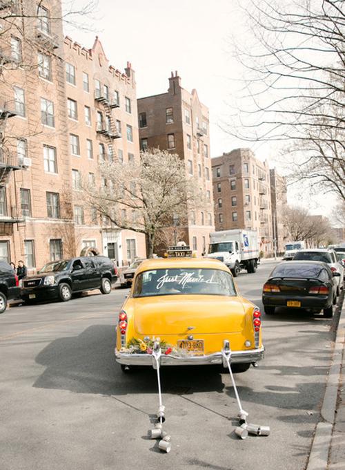 3. Gắn lon thiếc vào đằng sau xe hoa là một ý tưởng hay để gợi nhắc về những đám cưới từ thời ông bà anh. Bên cạnh đó, lon thiếc sẽ giúp bạn gây được sự chú ý, trở thành tâm điểmtrên đường phố. Hãy sử dụng lon rỗng và loại bỏ nhãn hiệu được dán trên chúng. Sau đó dùng dây có độ bền chắc để cột chúng vào đằng sau đuôi xe.