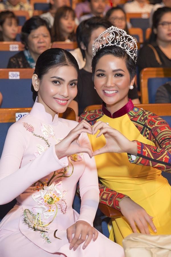 Trương Thị May từng đại diện Việt Nam dự thi Miss Universe 2013 tại Nga. Do đó, HHen Niê cũng nhân dịp gặp gỡ đàn chị để hỏi thăm về những kinh nghiêm chinh chiếntại cuộc thi Miss Universe 2018mà cô sắptham gia.