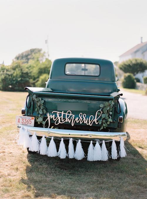 4. Dòng thông báo mới cưới được mạ vàng và trang trí bởi tua rua đằng sau xe sẽ phù hợp hơn cả với đám cưới phong cách hoài cổ, rustic. Bạn có thể trang trí thêm dải lá câyđể tạo nên sự mộc mạc, thanh lịch.