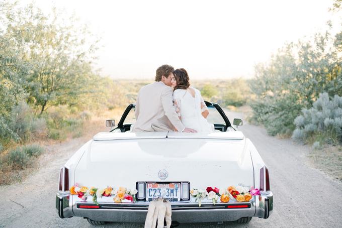 5. Hoa màu sắc sặc sỡ và dải ruy băng cỡ lớn dành cho các cặp có tính cách tinh nghịch, vui nhộn. Hãy dành thời gian suy nghĩ về màu hoa để kết hợp hài hòa với màu xe, ví dụ như hoa vàng, đỏ sẽ nổi bật hơn trên nền xe sơn trắng.