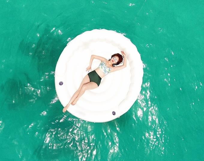 Bảo Thy và gia đình quyết định thuê villa nổi tiếng Kandima Maldives - một trong những cụm resort sang chảnh của quốc đảo du lịch này. Vốn yêu thích biển, nữ ca sĩ hào hứng tắm biển, học lặn hay thử sức các trò chơi vận động dưới nước.