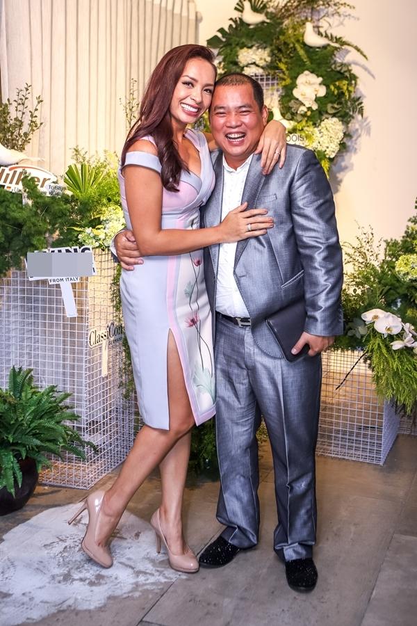 Người mẫu Thúy Hạnh và ông xã Minh Khang tạo dáng tình cảm bên nhau.