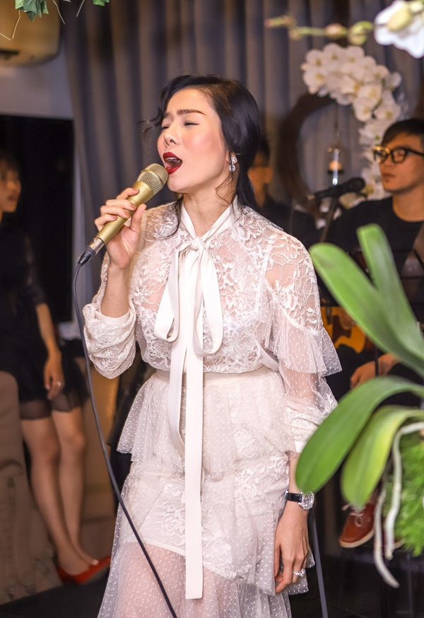 Cô còn biểu diễn một tiết mục âm nhạc gửi tặng chủ nhân buổi tiệc và các quan khách.