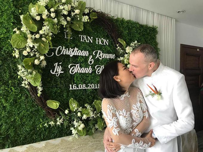 Khoảnh khắc ngọt nào của Lý Thanh Thảo và chồng Tây ở lễ gia tiên diễn ra ngày 16/8 tại Long An.