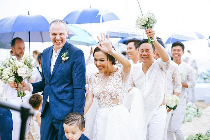 Vợ chồng Lý Thanh Thảo tại lễ tuyên thệ diễn ra trên bãi biển ở Phan Thiết chiều ngày 18/8.