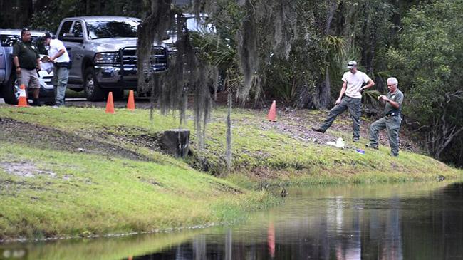 Các nhà chức trách khám nghiệm tại hiện trường vụ cá sấu tấn công người ở bang South Carolina, Mỹ hôm 20/8. Ảnh: AP.