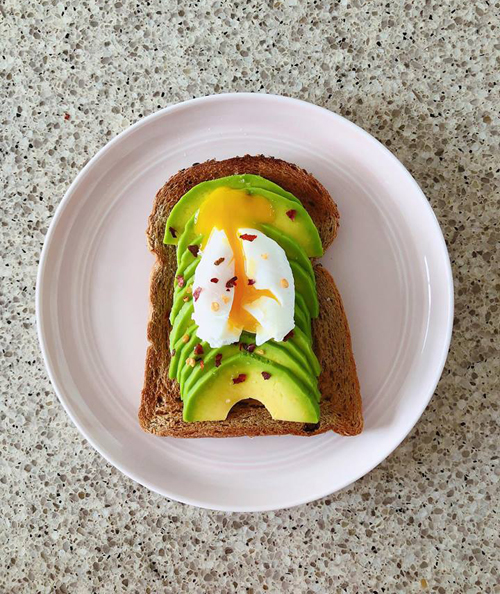 Vào buổi sáng, gia đình Hà Tăng có thói quen ăn uống nhẹ nhàng với các món đồ Tây, ví dụ như bánh mỳ nướng ăn với quả bơ và trứng luộc lòng đào.