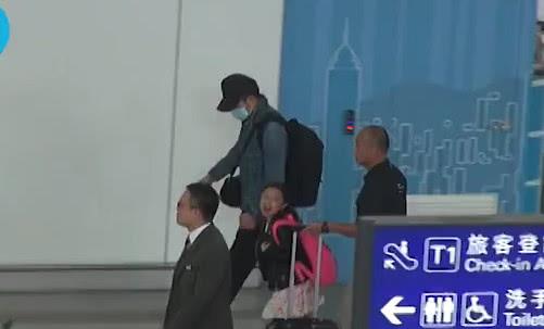 Hanna Lau cười nói không ngớt trong vòng tay bố mẹ. Ngay từ nhỏ, bé gái đã quen thuộc với việc đi đến đâu cũng có một đội bảo vệ, giám sát kỹ lưỡng, do tài tử Hong Kong e sợ fan cuồng có thể làm tổn hại đến con. Trước đó, anh đã bị nhiều fan cuồng đeo bám, làm cuộc sống ít nhiều ảnh hưởng.
