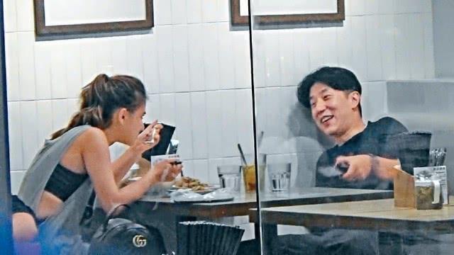 Tờ QQ đăng tải ảnh Phùng Tổ Danh đi ăn tối với Hà Siêu Liên - ái nữ của tỷ phú sòng bài Hà Hồng Sân (Stanley Ho) hôm 20/8. Cả hai ngồi ăn tối tại một tiệm mỳ bình dân, vừa ăn vừa trò chuyện rất rôm rả.