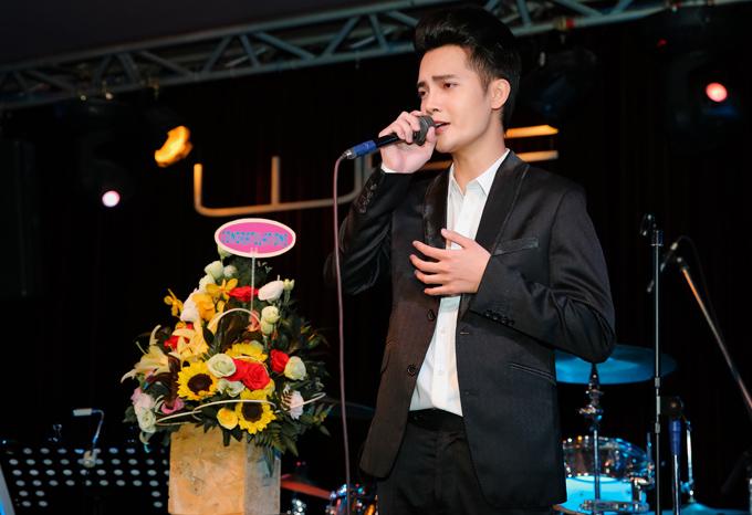 Đặng Tuấn Phương biểu diễn trong buổi ra mắt MV Vì điều gì vậy tại TP HCM.