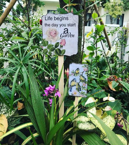 Xuất hiện nhiều hơn cả ở khu vườn là những tấm bảng gỗ, trên đó in slogan là châm ngôn về cuộc sống của chủ nhânhay bức tranh 3 chú chim tượng trưng cho các thành viên nhỏ trong gia đình.