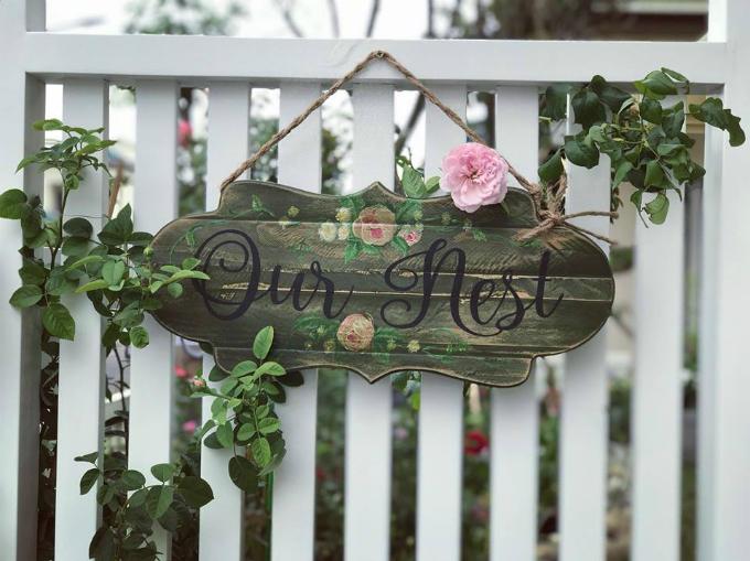 Yêu thích nét lãng mạn, yên bình của những khu vườn châu Âu, chủ nhân của ngôi biệt thự tại TP HCM đã dành 5 tháng để cải tạo nhiều lần khu vườn quanh nhà với điểm nhấn là các phụ kiện gỗ.
