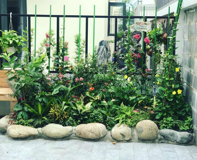 Chủ nhân của khu vườn lựa chọn phong cách châu Âu hiện đại thay vì cổ điển, do đó họ sử dụng đa dạng các loại hoa, đặt xen kẽ với cây có đẹp thay vì tạo khối tròn cho những khóm hoa theo kiểu cổ điển.