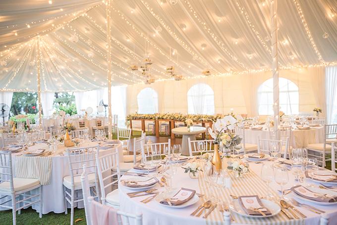 Cô dâu bày tỏ sự thích thú với việc wedding planner bố trí dàn đèn treo trên trần nhà. Điều này tạo nên một không gian ấm áp và lung linh hơn khi trời dần tắt nắng.