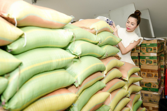 Mùa Vu lan báo hiếu lại về, giống các năm trước, Hoa hậu Bùi Thị Hà lại tất bật chuẩn bị quà để tặng người lao động nghèo. Mỗi năm, lượngquà lại tăng lên nhằm đáp ứng nhu cầu của bà con. Năm nay, người đẹp trao hơn 1.000 phần gồm: gạo, đường, dầu ăn và nhiều nhu yếu phẩm khác...