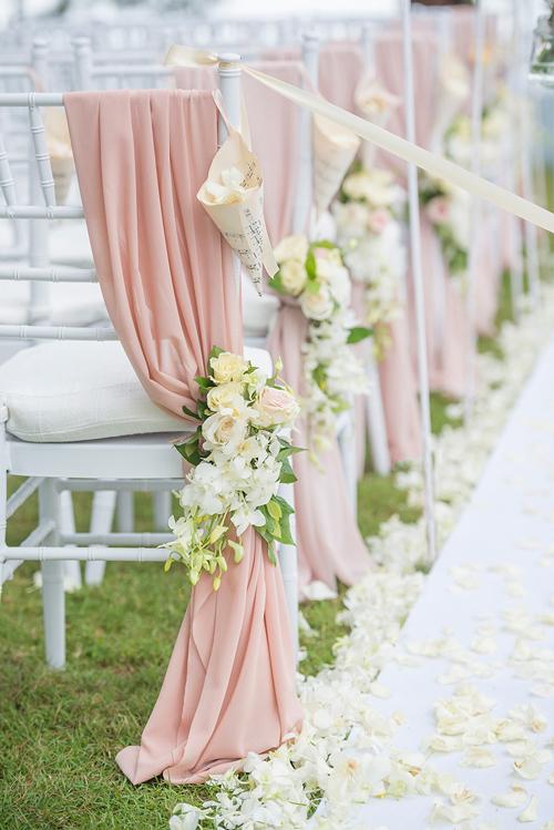 Bên cạnh đó, cặp vợ chồng chọn hoa hồng và lan hồ điệp mang gam màu nhẹ nhànglàmloài hoa chủ đạo cho đám cưới có hơi hướng hoài cổ.