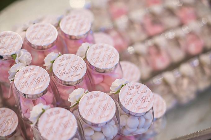 David và Ivy chuẩn bị thêm những lọ kẹo hình trái tim, kẹo marshmallow để gửi tặng khách mời vào cuối buổi tiệc.