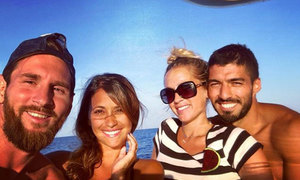 Messi và vợ đi chơi biển cùng nhà Suarez