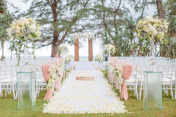 Không gian của lễ đường được tô điểm bởi sắc trắng và hồng mang vẻ đẹp ngọt ngào, lãng mạn. Uyên ương chọnghế chiavary để phục vụ 100 vị khách. Loại ghế này còn có tên gọi khác là Tiffany, thường dùng cho tiệc và đám cưới có phong cách sang trọng. Tuy nhiên, nhược điểm của ghế là khó thuê trong dịp cao điểm vì nhu cầu tăng cao.