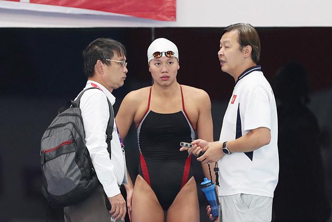 HLV Đặng Anh Tuấn (phải) thừa nhận rất khó để Ánh Viên đạt huy chương ở nội dung 200m hỗn hợp bởi đây không phải là sở trường của cô. Ảnh: Đức Đồng.