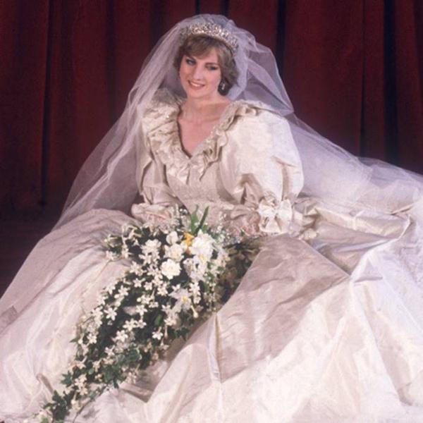 Diana có một bộ váy cưới dự phòng bí mậtÊkíp của nhà thiết kế David Emanuel đã thực hiện thêm một phiên bản giống hệt chiếc váy cưới chính thức, đề phòng mọi trường hợp xấu có thể xảy ra. Điều thú vị là chính Diana cũng không biết về sự tồn tại của nó, bởi bà chưa từng được ướm thử.