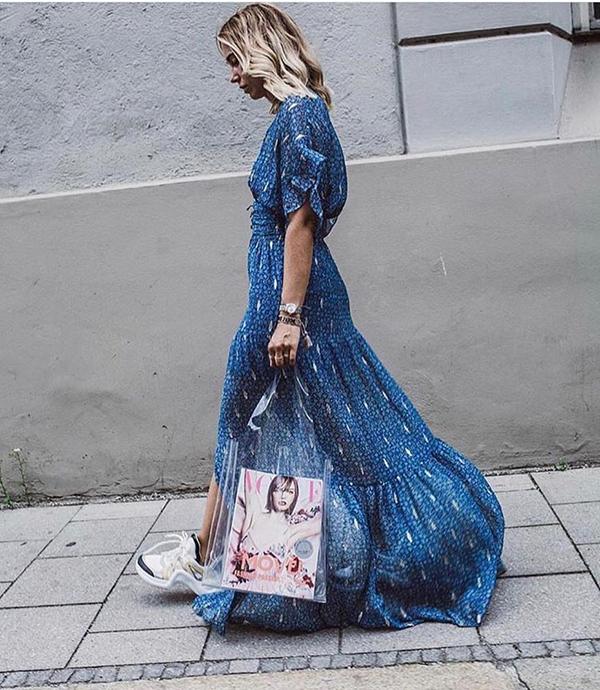 Mùa xuân hè 2018 đã chứng kiến sự lên ngôi ngoạn mục của phụ kiện nhựa trong. Các kiểu túi xách thiết kế trên chất liệu bình dân gần như chiếm trọn tình cảm của phái đẹp thế giới.