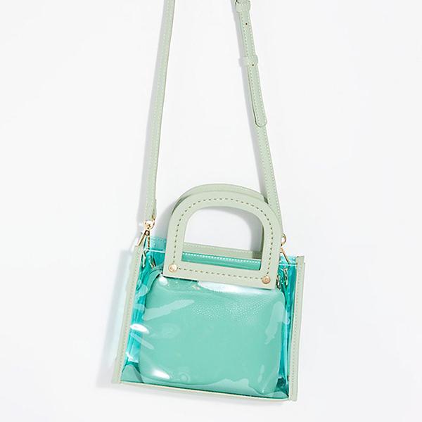 Chất liệu plastic được kết hợp cùng da, nhựa màu trong để mang tới các mẫu túi trẻ trung và bắt mắt.