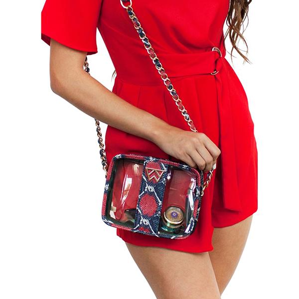 Túi nhựa phối da hay kết hợp vải in hoa văn là xu hướng được yêu thích ở mùa thu năm nay.
