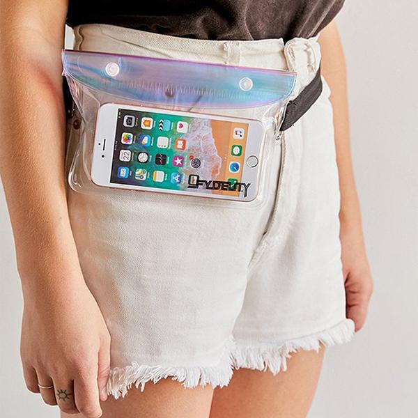 Các mẫu belt bag, bum bag, túi đeo hông... theo phong cách năng động cũng được thể hiện trên nguyên liệu plastic.